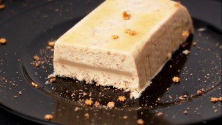Amaretti-Semifreddo mit Marzipan